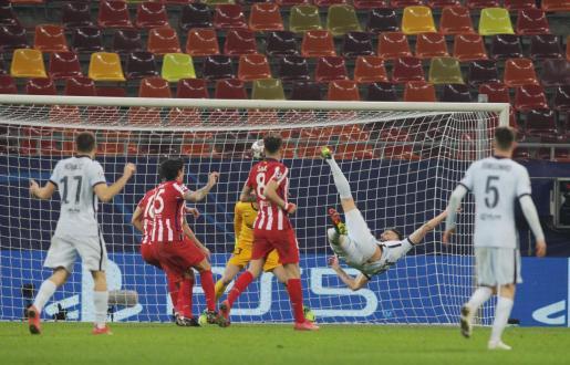 Olivier Giroud marcando el gol del Chelsea ante el Atlético de Madrid.