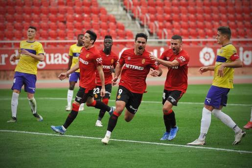 Abdón Prats festeja el gol que firmó ante el Almería en Son Moix.