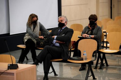 El extesorero del PP Luis Bárcenas sentado en el banquillo de los acusado durante la primera sesión del juicio de los 'papeles de Bárcenas'.