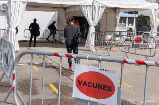 Varias personas esperan para ser vacunadas en el recinto del antiguo hospital Son Dureta, este martes.