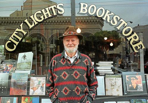 Ferlighetti, fallecido el martes, posa ante la mítica librería City Lights en San Francisco (EEUU).