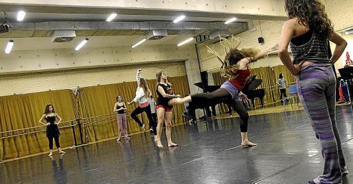 Imagen de archivo del ensayo de una obra de danza en las instalaciones del Conservatori Superior.