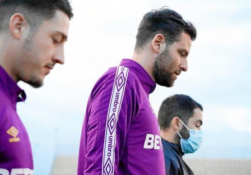 Álex López, delantero del Mallorca, junto a Enzo Lombardo y uno de los fisioterapeutas del club.