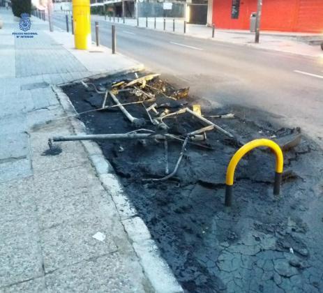 Imagen de cómo quedaron los recipientes tras sofocar las llamas los Bombers de Palma.