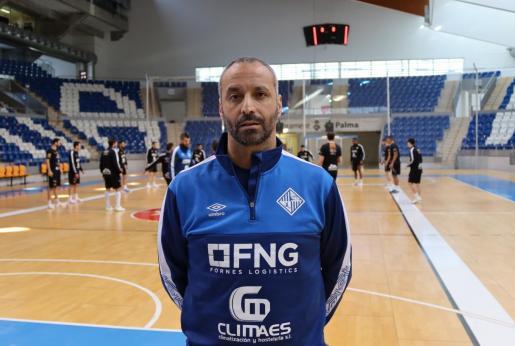 El técnico del Palma Futsal, Antonio Vadillo, posa sobre el parquet de Son Moix.