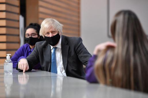 El primer ministro británico, Boris Johnson, con alumnos de la Accrington Academy.