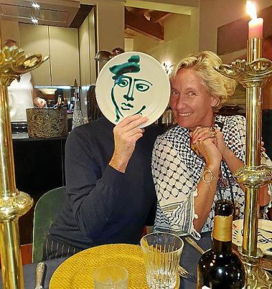 Yo, tras el plato-máscara con Alexandra Senes.