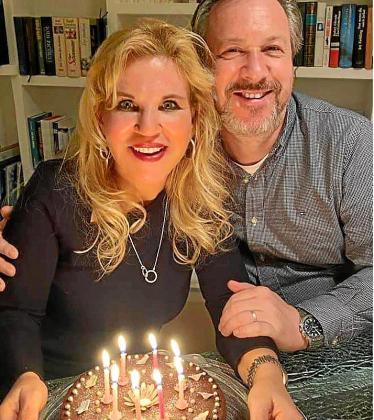 Iris Isabella Fuerer y su marido celebrando el cumpleaños de ella.