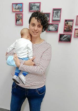 Ester Mendieta sostiene en brazos al pequeño Noah, concebido nada más decretarse el encierro por la pandemia.