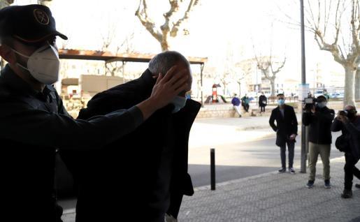 El acusado, rodeado de guardias civiles, a su llegada a los juzgados de Inca, donde prestó declaración.