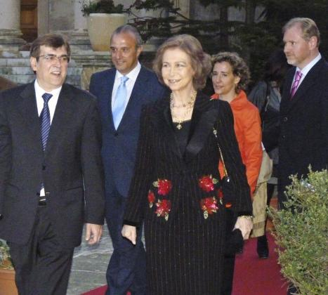 La reina Sofía, junto al president del Govern balear, Francesc Antich; el gerente de Mapfre Baleares, Teófilo Domínguez; la alcaldesa de Palma, Aina Calvo, y el delegado del Gobierno, Ramon Socías.