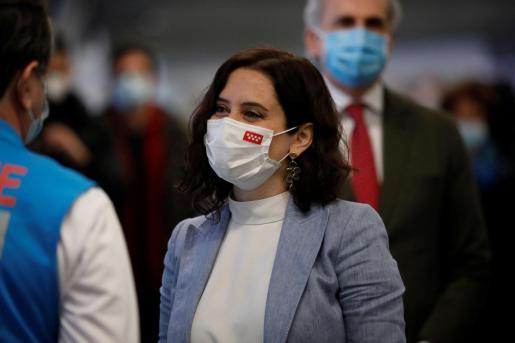 La presidenta de la Comunidad de Madrid, Isabel Díaz Ayuso, visita el centro de vacunación instalado en el estadio Wanda Metropolitano de Madrid.