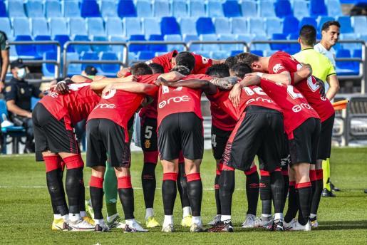 Los jugadores del Real Mallorca hacen una piña antes de comenzar el partido disputado en La Romareda de Zaragoza.