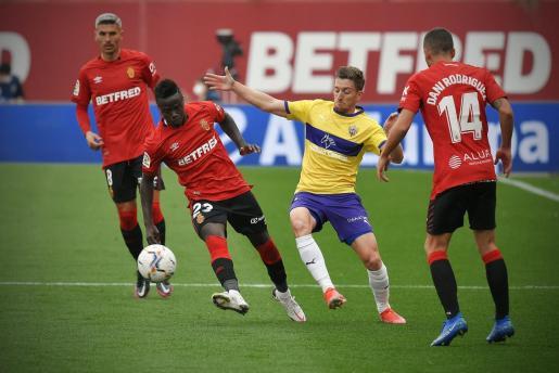 Amath controla un balón durante el partido que el Mallorca disputó ante el Almería en Son Moix.