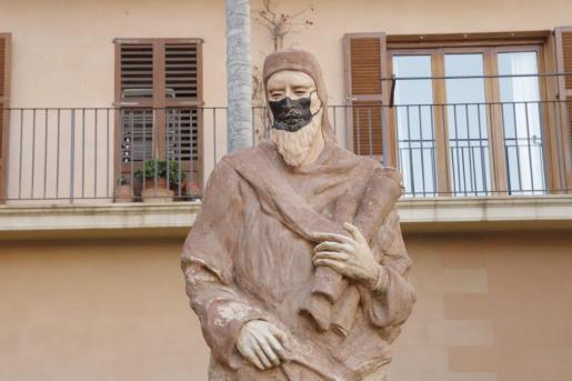 La escultura ha aparecido con una mascarilla negra pintada en la cara.