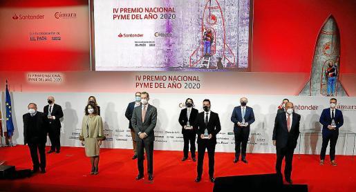 El Rey y la ministra María Jesús Montero, junto a todos los galardonados en el Premio Nacional Pyme del año.