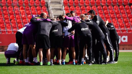 Jugadores y técnicos del Mallorca hacen una piña durante el entrenamiento en Son Moix.