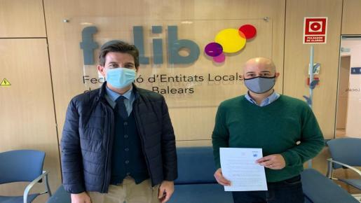 Fernando Gilet president de la FCIB amb Antoni Salas, president de la FELIB i Batle de Costitx.