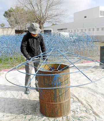 Un operario realiza una soldadura en el taller municipal.