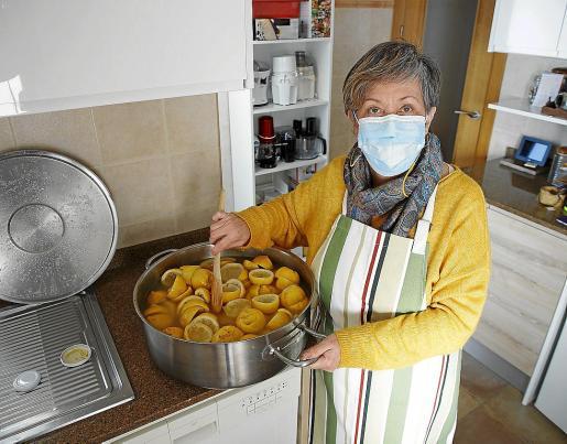 Angelina Gacias elabora más de treinta diferentes tipos de mermeladas en su cocina y las vende de forma directa.