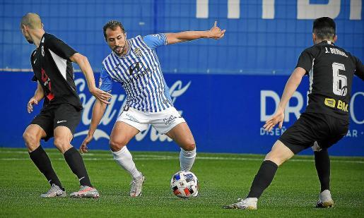 El centrocampista del ATB Canario intenta marcharse de un rival en un partido disputado en el Estadi Balear.