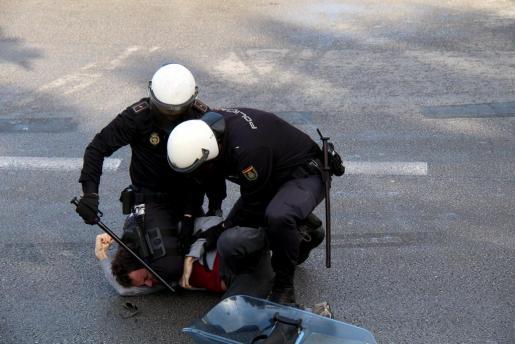 Momento de la detención de un joven ayer en Palma durante una concentración celebrada en la plaça d'Espanaya.
