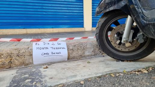 Cartel que avisa a los conductores de que el martes montarán la terraza.