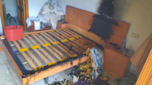 Estado en el que quedó la cama tras incendiarse el colchón.
