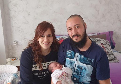 Noelia y David, junto a la pequeña Ariadna.