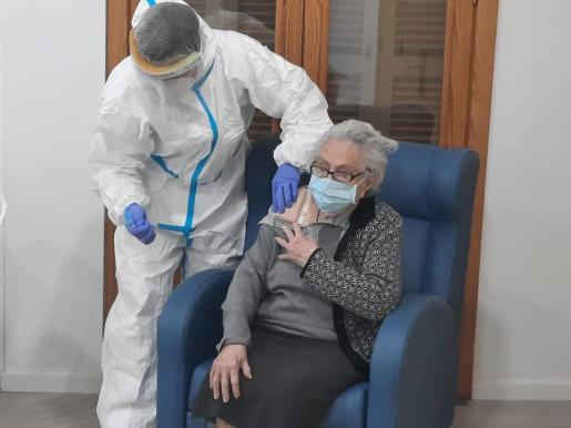 Una usuaria de la residencia Reina Sofía de Muro, recibiendo la primera dosis de la vacuna contra el coronavirus
