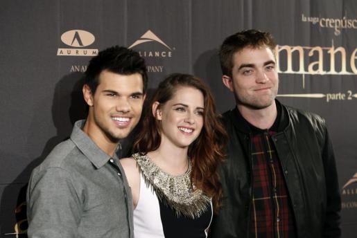 """Photocall de """"Amanecer - Parte 2"""", Bill Condon, la esperadísima y última película de la saga """"Crepúsculo"""", protagonizada por el trío compuesto por Kristen Stewart (c), Robert Pattinson (i) y Taylor Lautner (d)."""