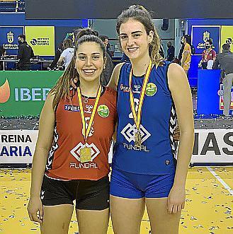 Marga Pizà y Teresa Mas, con sus medallas de campeonas de la Copa de la Reina.