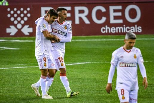 Abdón felicita a Antonio Sánchez tras el gol que anotó en Logroño.