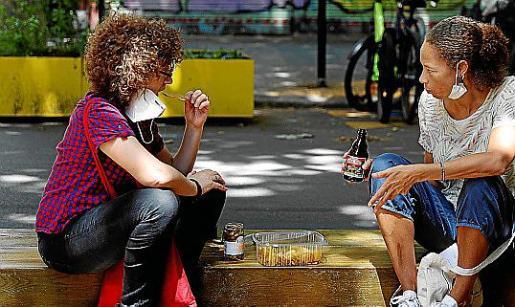 Los encuentros sociales en interiores y exteriores se amplían a un máximo de seis personas.
