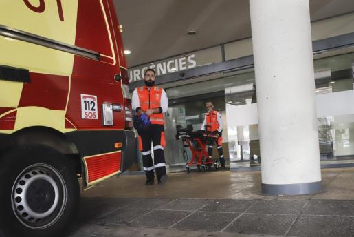 Sanitarios en las puertas de Urgencias del hospital de Son Espases.