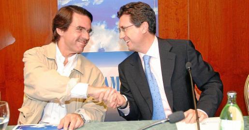 José María Aznar y Jaume Matas, en una visita del presidente del Gobierno a Balears. g Foto: MIQUEL ÀNGEL CAÑELLAS