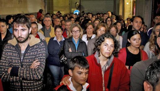 Unas docientas personas se congregaron a las puertas de los juzgados de Manacor.. Fotos: ALEJANDRO SEPÚLVEDA