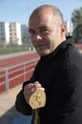Mateu Cañellas muestra la medalla de oro lograda en el Europeo de atletismo en pista cubierta de 1996, en Estocolomo.