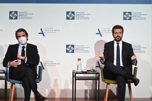 El expresidente del Gobierno José María Aznar (i) conversa con el presidente del PP, Pablo Casado, en el coloquio 'España, Constitución y libertad. 1996-2004, un análisis', que organiza el Aula de Liderazgo IADG-UFV, en el Auditorio de la Universidad Francisco de Vitoria, en Madrid.
