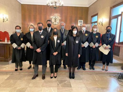 Los nuevos jueces en prácticas acompañados por miembros de la Sala de Gobierno del TSJIB.