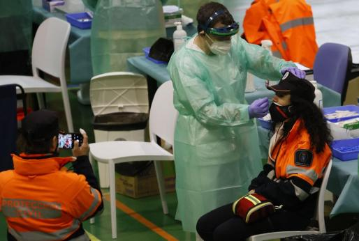 Una agente de Protección Civil se somete a una prueba PCR durante el cribado masivo de estudiantes de la Universidad de Santiago.