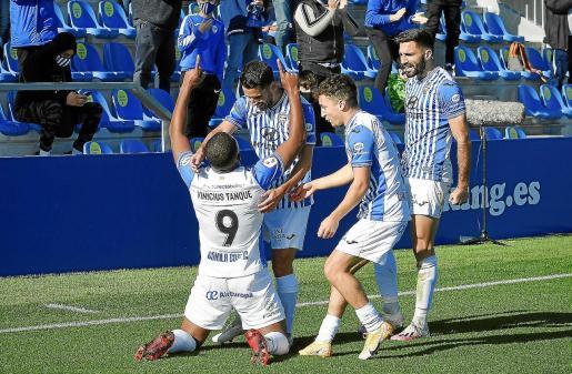El brasileño Vinicius Tanque celebra un gol en el Estadi Balear.
