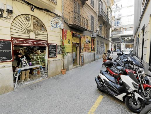 Los vecinos reprochan al Consistorio que no se les ha tenido en cuenta a la hora de querer peatonalizar las calles Fideus o Minyones (en la imagen).