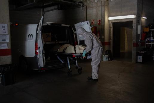 Varios operarios de los Servicios Funerarios Memora trasladan un cuerpo de una residencia en la primera ola de la pandemia.
