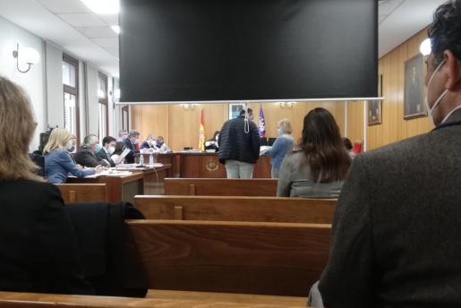 Una sala de lo Penal número 4 de Palma acogió este martes la vista, que se inició alrededor de las 10.00 horas y se prolongó hasta pasadas las 16.00 horas, momento en el que quedó visto para sentencia. En la imagen, uno de los doce imputados durante su declaración ante la juez.