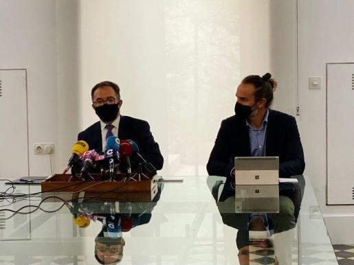 El conseller Josep Marí y el director general d'Habitatge, Eduardo Robsy.