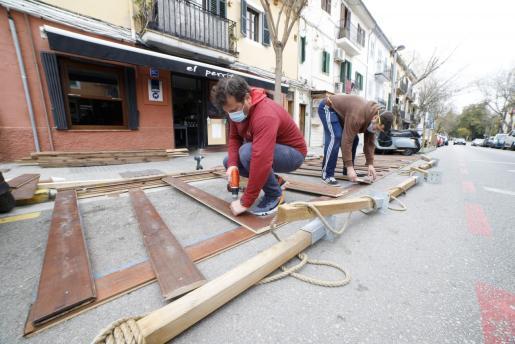 Los bares y restaurantes de Palma ya han abierto sus terrazas en las plazas de aparcamiento.