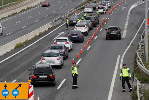 La Guardia Civil realiza un control en la carretera de Colmenar en Madrid.