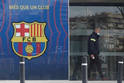 Agentes del Área Central de Delitos Económicos de los Mossos d'Esquadralas donde están realizando un registro en las oficinas del Fútbol Club Barcelona en el marco de su investigación por el caso 'BarçaGate'.