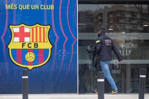 Agentes del Área Central de Delitos Económicos de los Mossos d'Esquadras durante un registro en las oficinas del Fútbol Club Barcelona en el marco de su investigación por el caso 'BarçaGate'.
